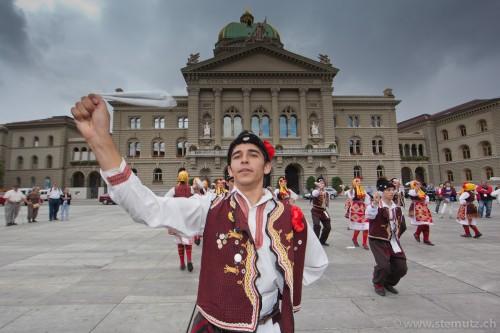 Macedonian folk in front of Bundeshaus @ RFI 2011, Berne, 15.08.2011