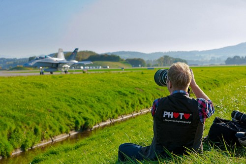 Myself sitting in the grass and shooting a Swiss F/A-18D ... © fredericsiffert.com