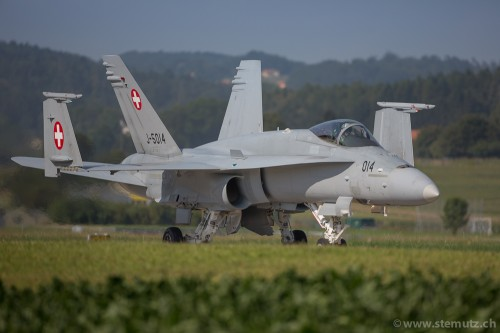 Swiss F/A-18C Hornet J-5014 folding wings on taxyway right after landing !