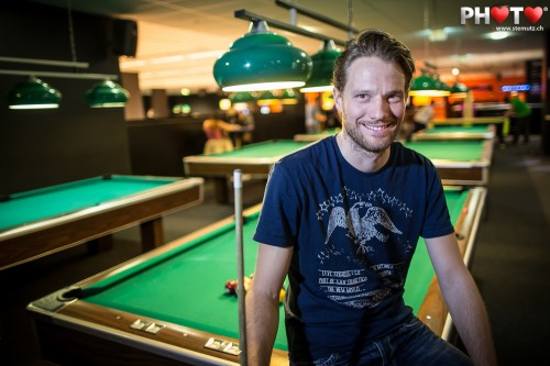Pool Billard Player Portrait with Canon EF 24 mm 1.4 Mk II ... fill the frame!