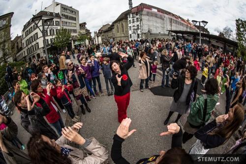 """""""Signes"""" enjoyed by many people ... Fête de la danse 2013 @ Place Georges Python"""