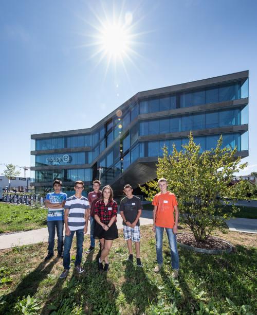 Contre-jour: Photo de groupe des nouveaux apprentis de Groupe E