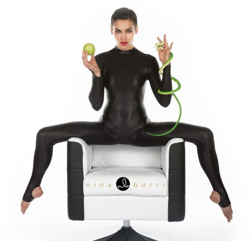 "Nina Burri, la contortioniste de rénommée internationale en ""Snake Woman"""